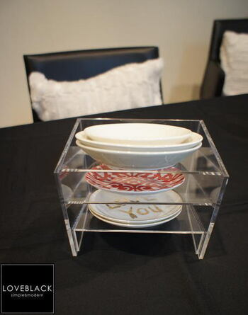 大きさや形が異なってスタッキング収納が難しい小皿類も、アクリルの収納用品を使えばスッキリと片付きます。お気に入りの食器類をディスプレイしてもよさそうですね。