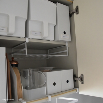 戸棚下ハンガーは、戸棚の中の空いているスペースも有効活用できます。 可動板や突っ張り棚と違い、右側だけ、左側だけに空いた中途半端な空間に「棚」を足すことができるので便利です。
