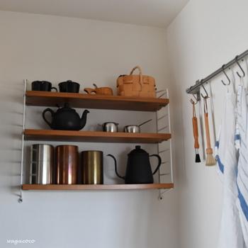 壁を有効に使って収納スペースを広げてみてはいかがでしょうか。 食器棚やキッチンボードを置くと閉塞感が出てしまう...というデメリットもカバーできます。