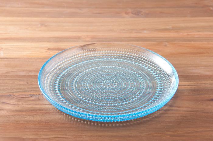 こちらのプレートは大小のしずくが描かれています。透明感がある繊細なデザインのプレートは、食卓を華やかにしてくれそう!涼やかなライトブルーは夏にぴったりです。