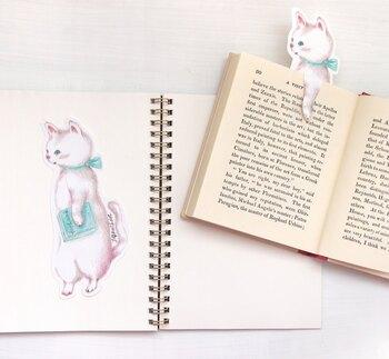 どこまで読んだかわからなくなって、ページを行ったり来たりする時間は、早く読みたいのもあってイライラしがち。栞を使ってどこまで読んだかマークしておきましょう。こちらの栞は猫ちゃんがページを止めてくれているようなハンドメイドの栞です。