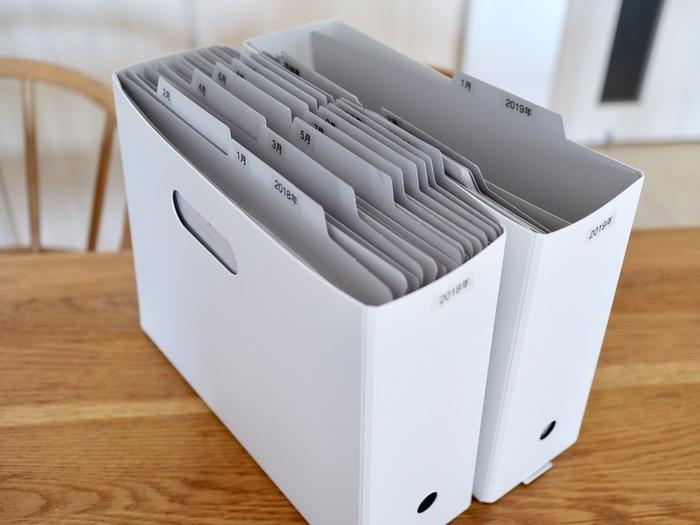 箱型の書類ケースにそのまま書類を入れる時は、個別フォルダを使うと便利です。見出しが付いているので、何がどこにあるのかすぐに分かり、必要なものだけ取り出すことができます。100均でも購入できるので、ぜひチェックしてみてください。