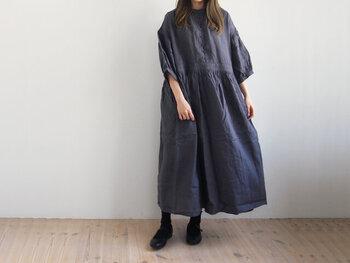 ふわりと風を含むワンピースは、足元はメリハリを出すためにブラックで。靴下もブラックにすればワンピースの少女らしさを適度に抑えることができます。