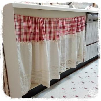 カラーボックスの両端に釘や画鋲を取り付けて、ワイヤーを張り、カーテンを通す方法です。こんな風に、おうちにある端切れなどを組み合わせてカーテンにするのもいいですね。
