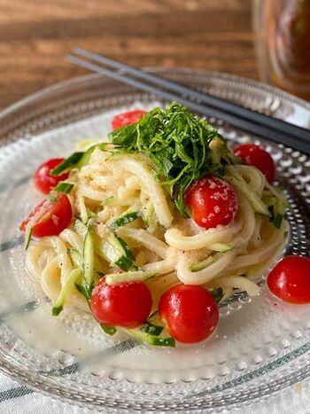 ご飯のお供にしたり、野菜やパスタに和えたり、活用範囲が広い明太子。冷凍しておけば日持ちがするので常備食材におすすめ。大葉ときゅうりとミニトマトと共にアレンジした爽やかなサラダうどん。ナンプラーとレモンの風味と香りが、エスニックな雰囲気で夏にぴったり!