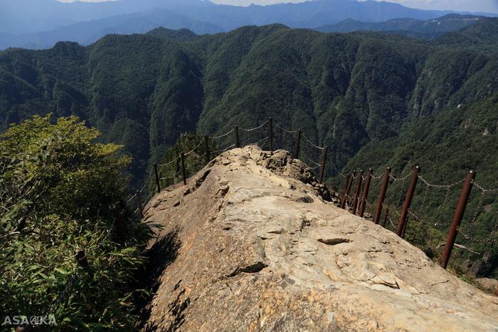大蛇嵓(だいじゃぐら)は、大台ケ原のハイキングコースでもハイライトとも言える場所です。約800メートルという断崖絶壁の上に繋がれた鎖をしっかりと握って勇気を出して、切り立った崖の先端まで歩いてみましょう。