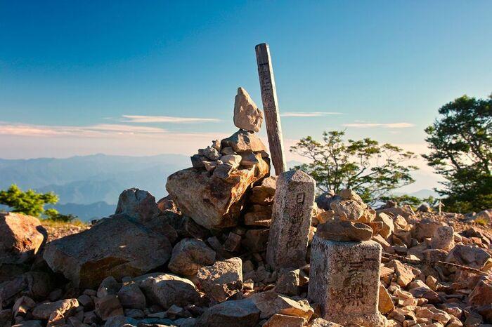 標高1695メートルの日出ヶ岳(大台ケ原山)は、大台ケ原の主峰で山頂となります。この山は、「日本百名山」の一つにも数えられており、関西でも指折りの景勝地です。