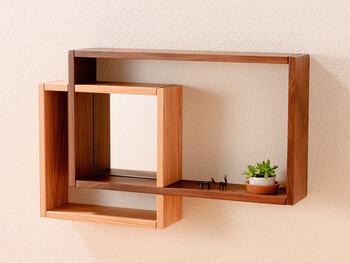 CLASSE(クラッセ)は、LEGNATEC(レグナテック社)による日本の家具ブランド。クラッセとはイタリア語で「クラス=階級」を表す言葉で、品格の高さや人生の楽しみ、本質を追求するなどのコンセプトを表しています。シンプルなデザイン&上質な素材をベースに、使う人の生活環境に合わせたアイテムを作り続けています。こちらはミラー付きのシェルフになっているので、お出かけ前の身だしなみチェックにも使うことができ便利ですよね。