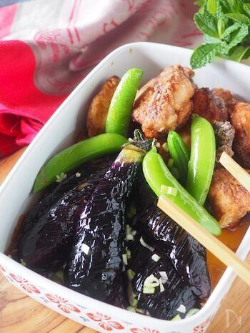 揚げ焼きした鶏肉となすを中華風の香味ダレに漬けて。揚げ油を準備しなくてもいいので、後片付けもラクですね。タレがよく絡んでご飯もお酒も進みます♪(冷蔵保存3〜4日)