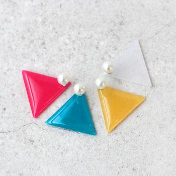 ポップでカラフルな三角モチーフのピアス。リバーシブル仕様で、質感の違いを楽しめるデザインが新鮮!キャッチの樹脂パールも可愛らしいアクセントになって素敵です。