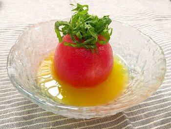 湯むきしたトマトを、フルーツビネガー、オリーブオイル、だしの素、はちみつ、水をあわせたものにつけてマリネにします。一晩おくとトマトが甘くなり美味しさもアップ♪お酒にも合う一品です。