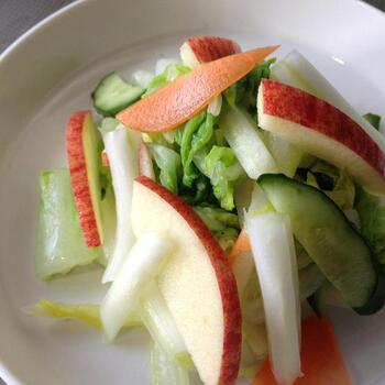白菜、きゅうり、にんじん、リンゴを使った甘酢サラダのレシピ。甘酢はりんご酢、砂糖、塩、昆布茶で作り、冷やしてから食材と和えて出来上がりです。野菜のシャキシャキ感と、リンゴ酢のサッパリとした味わいに箸が止まらなくなります♪