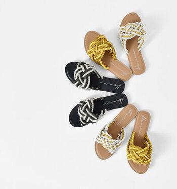 デコラティブなロープが印象的なサンダル。つっかけタイプだけど、ホールド感もあるので、履き心地も問題なし。サンダルは手頃な価格帯で選ぶのがベスト。大人のチープシックなおしゃれを存分に楽しみましょう。