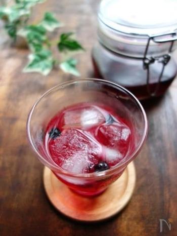 果実や果汁を原料に使った酢をフルーツビネガー(果実酢)といいます。フルーツの香りや味わいを楽しめるので、一般的な酢の味が苦手な方でも取り入れやすいと人気です。