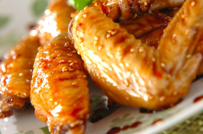 鶏手羽先をリンゴ酢で煮ると、柔らかくサッパリと仕上がります。材料の白ネギ、ショウガ、白ごま、パクチーもあわせれば、栄養バランスもバッチリです。ご飯が進むおかずとして重宝します*