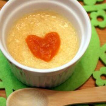 こちらは、離乳食初期でも食べられるレシピです。マッシュポテトを作っておけば、電子レンジを使って5分未満でできちゃうのも魅力。卵は卵黄だけ流水で洗ってから使うひと手間があります。人参のペーストなどでデコレーションすると、さらにかわいらしくなります♪