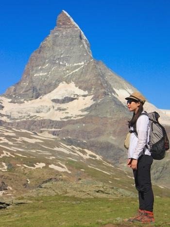 スポーツの秋こそ、登山などで体を動かしたくなります。山キャンプでは装備が大切です。アウトドアブランドの機能性の高いウェアやアイテムで揃えて。色の組み合わせ方で個性を出せますよ。雪山に登るときは、より装備を本格的に。