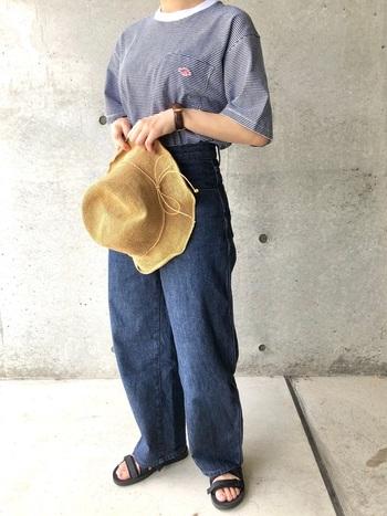 サイズや種類が豊富なユニクロのデニム。ゆったりとしたサイズ感のワイドシルエットのジーンズなら、キャンプ場でのアクティブな動きも妨げません。