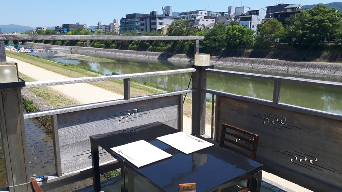 夏の鴨川の風物詩、納涼床が楽しめる懐石料理店。鴨川を眺めながら、京都牛や京野菜を使った懐石料理がいただけます。