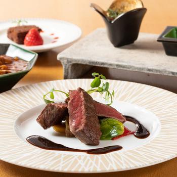メインの京都牛ステーキ。京都牛は、松坂牛や近江牛と同じく但馬牛がルーツで、肉の旨味や甘みをしっかりと感じられますよ。繊維が細かく食感が良いのも特徴です。
