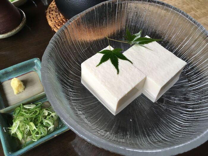 「京都は湯豆腐が有名だけど、夏にはちょっと暑い・・」という場合に嬉しい冷奴のコース。豆腐は地下の豆腐工房で作られた毎日できたてのもの。大豆・水・にがり、と全ての原材料にこだわった上質な豆腐を堪能できます。