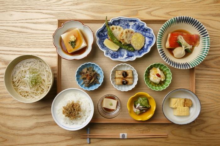 ランチメニューの「9種のおばんざい御膳」。老舗豆腐店の「平野屋」の豆腐を使用したあんかけ豆腐、旬の京野菜を使った小鉢、そばの香りと喉越しを併せ持つそばそうめんなどが楽しめます。