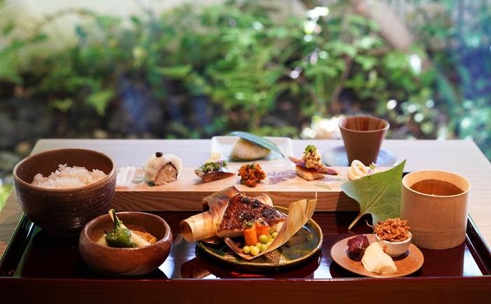 お昼の「壱ノ膳」。夏の京都を感じさせる鱧や万願寺とうがらしなどを扱いつつ、「醸し鱧」「醸し真鯛」「本熟れ寿司」といった発酵の技術を加えたメニューとなっています。