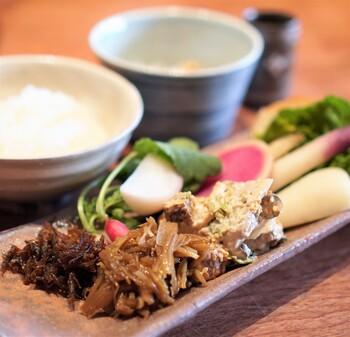 野菜は京丹後産をはじめ、無肥料・無農薬の自然農法で作られたものを使用。野菜本来の味わいが楽しめます。 お米も京丹後産で、もっちりと甘みのあるごはんを土鍋で炊き上げています。