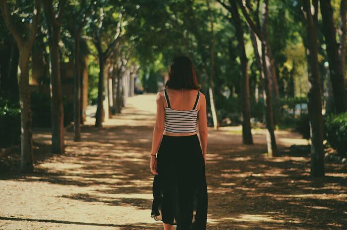 忙しい毎日を過ごしていると、なかなか「何も考えずに歩くこと」は少ないかもしれません。空気が澄んでいる早朝は、一日をクリーンに過ごす準備をするベストな時間帯。いつもより少し早起きをして、散歩に出かけてみましょう。平日が難しければ休日に。このとき音楽などはあえて聴かずに「歩くこと」を楽しむのがポイントです。