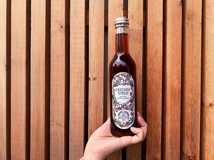 コーヒーの実(果肉と果皮)を乾燥させた「カスカラ」で作っているシロップは、瓶を開けるとふわりとコーヒーチェリーの香りが広がります。味は、杏のように甘酸っぱくフルーティー。