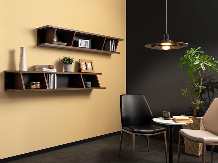 シンプルかつモダンなデザインのウォールシェルフを取り入れることにより、洗練された空間が広がっています。存在感のあるシェルフがお部屋の良いアクセントになっていますね。本や雑貨、観葉植物など、様々なものをおしゃれに見せてくれます。
