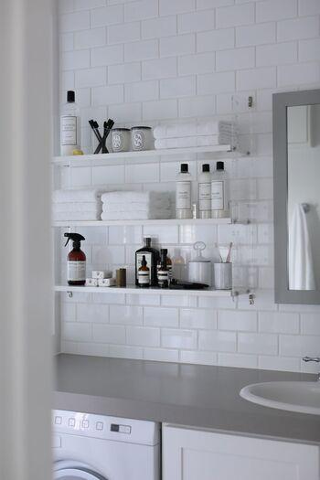木材を使用したナチュラルテイストなシェルフも良いですが、こういったアクリルを使用したデザインも素敵ですよね!モノトーンでまとめられていることによりすっきりとした印象です。クリアな質感で清潔感があり、洗面所とも相性抜群です。