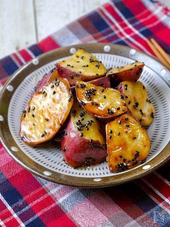 ホックリ感と甘さがたまらない「大学芋」は、サツマイモを揚げるのが定番ですが、こちらはレンチン+フライパンで焼き色を付けるだけなので、とっても簡単♪味付けも、事前に混ぜ合わせて置いた調味料で煮詰めるだけなので、失敗する心配もありません!  昔ながらの日本のおやつ、ぜひ作り方を覚えておきたいですね!