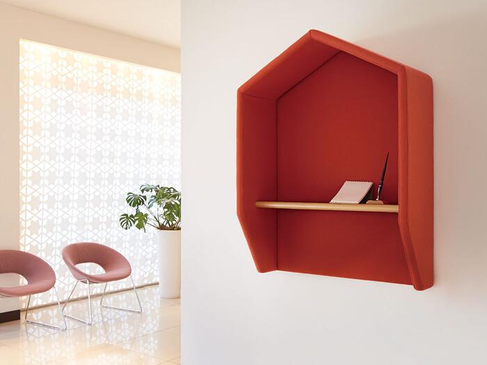 赤色のウォールシェルフが、空間の良いアクセントになっています。ビビッドな色のものを取り入れることによってお部屋の印象が大きく変わりますよね。ちょっとしたメモを書くことができるスペースになっているのも便利です。