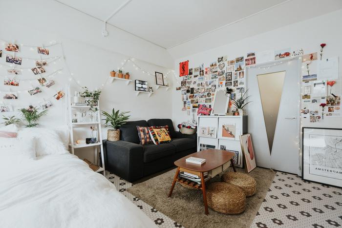 白い壁がお気に入りの写真や雑貨をディスプレイすることにより、明るく楽しい空間になっています。ウォールシェルフのシンプルさや観葉植物のグリーンが何点か置かれていることにより、たくさんのものが飾られていても気疲れしないお部屋になっていますね。