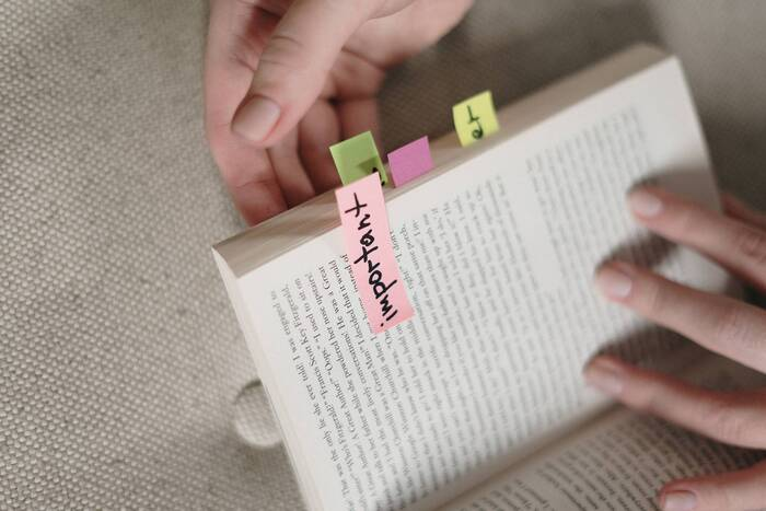 重要だと思う箇所には赤、生活に取り入れたい考えは青、後で調べたいものは黄色など色をわけておくと、後から見た時どこでどう自分の心が動いたかわかります。自己啓発やハウツー本を読む時に特におすすめ。思ったことを書き留めておくのもいいですね。