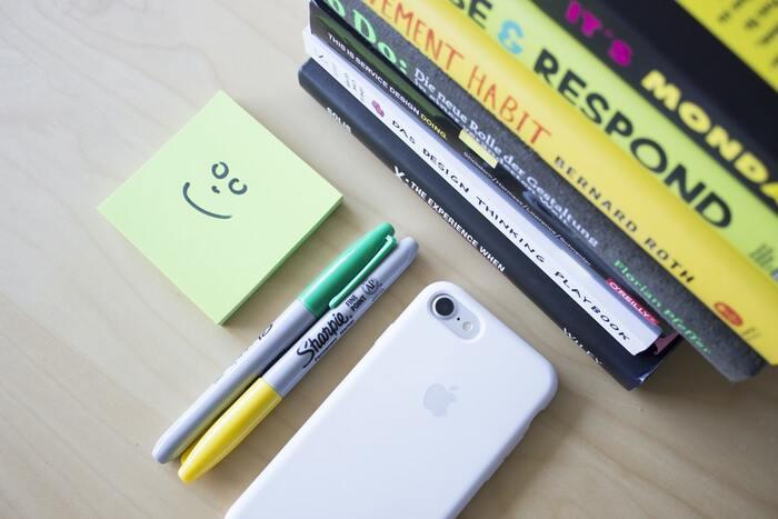 ブックマーク代わりに付箋を使っている人も多いのでは?本に貼るから栞のように落ちる心配がなく、何度もはがして使えます。さらにおすすめの付箋の使い方が、印象的な箇所を色を使いわけながらマークしていくこと。