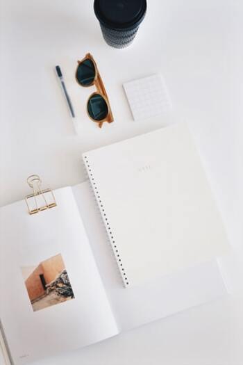 読書ノートに書くのは、まずは次の3つでOK。  ・読んだ日 ・読んだ本の名前 ・感想  慣れてきたら、本から学んだことを整理するつもりで気づきをまとめましょう。気負わず、備忘録を作るつもりで始めてみてくださいね。