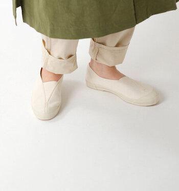 """""""LITE BALLET(ライトバレエ)""""はまるで上靴のような懐かしいデザインが新鮮な、スリッポンタイプのキャンバススニーカー。シンプルなデザインは、コーデを選ばすどんな服にも似合います。インソールはクッション性があり、履き心地もばっちり。しっかりと足になじみ、歩きやすいスニーカーです。"""