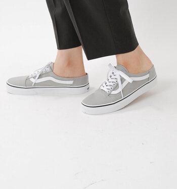 """""""OLD SKOOL MULE(オールドスクールミュール)""""はかかと部分が普通のスニーカーより低くなっているので、スリッポン感覚で履くことができます。楽に脱ぎ履きしたいけれど、きちんと感も欲しい人におすすめのデザインです。"""