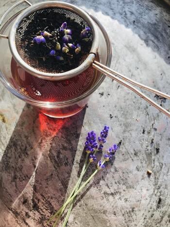 フルーティな香りでパッと華やぐ紅茶も、読書におすすめ。ミルクティーやレモンティーなどの飲み方の違いだけでなく、セイロンやダージリン、アッサムなど、味わいの違う茶葉の種類がたくさんあり気分で選べるのが魅力です。紅茶に含まれるカテキンは風邪予防に良いとされ、またポリフェノールは血糖値の上昇を抑えるといわれますから、健康の維持にももってこいのドリンクですね。