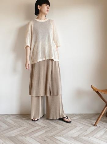 着るだけでシーズンムードが高まるメッシュTシャツに、サテンのパンンツを合わせたワンランク上のレイヤードスタイル。メッシュTシャツは、インナーのカラー次第でガラリと雰囲気が変わるので、着こなしの幅が広がるアイテイム。足元をドレスシューズに変えれば、ちょっとしたお呼ばれシーンでも活躍してくれそうなコーディネートです。
