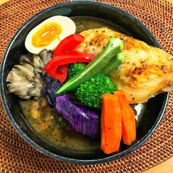 チキンや玉ねぎ・にんじんなどの定番具材のほか、素揚げなすやきのこなども入った具だくさんのスープカレー。ルウを使って、それほど煮込まずにできますので時短です。子供が野菜を食べてくれそうな一品ですね。