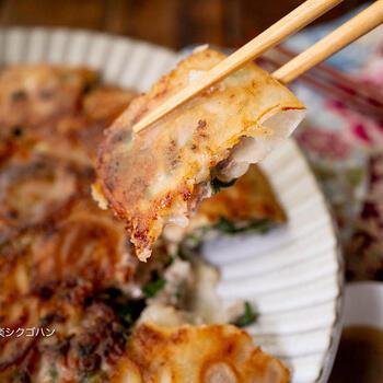 ひき肉も価格がお安く、活用したい食材。餃子はちょっと面倒な気がしますが、こちらは春巻きの皮で包むので一気に大量に作ることができます。しかも、薄いのでカリッカリに焼き上がります。