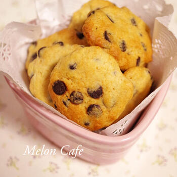 こちらは、混ぜる+焼くの2ステップで簡単にできるチョコチップクッキー。所要時間も5~15分と素早く完成します。読書時間の前にぱぱっと作れちゃうレシピを数種類ストックしておいて、お菓子作り+読書を習慣にするのも良さそう♪