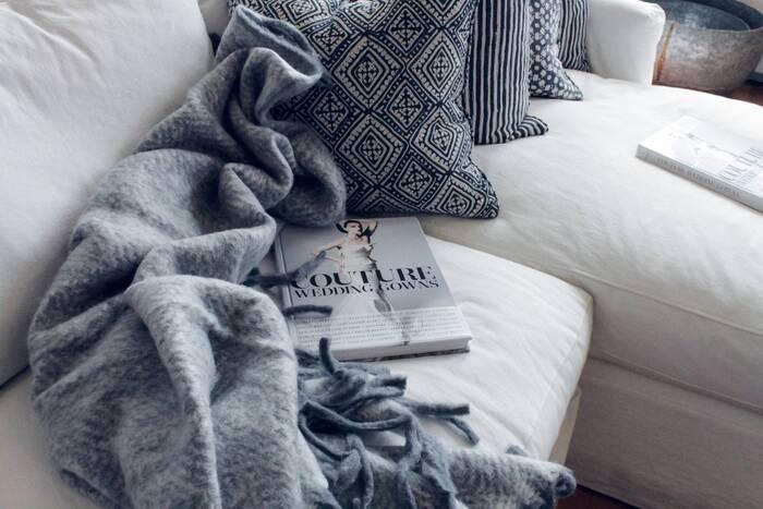 長時間本を持ち、同じ姿勢のまま集中する読書時間。体が疲れない工夫が大切です。クッションに寄りかかって腰をホールドしてもよし、膝において腕が疲れないようにするもよし、寝っ転がって枕にして読書するもよし。好きな体勢でリラックスして読書するためにぜひ使いたいアイテムです。