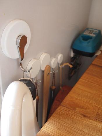 小さめのブラシやほうき、チリトリなど、収納場所に困りがちな掃除道具は、フック付きのマグネットを付け、引っ掛け収納にもピッタリです。冷蔵庫と家具の隙間を利用して、スマートに収納しましょう。