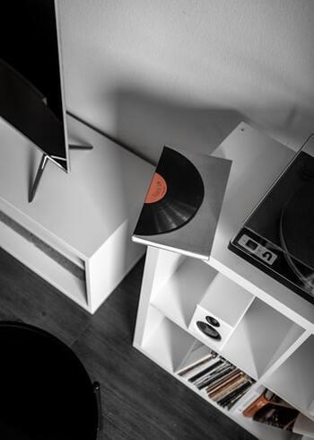 読書に集中できるリラックス空間を作るのも大切。ゆったりとした気分になれる音楽をかけて、居心地の良い空間を作りましょう。持ち運びできるスピーカーがあればおうちのどこにいても音楽が聞けますし、スマホでも◎