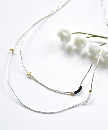 シルバービーズに糸で編んだモチーフ。異なる素材が組み合わさって、独特な存在感を放つネックレス。大振りではないけれど、デザインがユニークなので、シンプルなトップスに合わせるととても映えますよ。