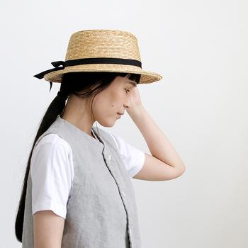 ナチュラル&シンプルなスタイルに合わせやすい帽子は?と考えると、まず第一条件にあげたいのは、端正さ。つばが大きすぎず、しっかり目の素材感、そしてワンポイントにはシックなリボン。ポイントを押さえた「クラスカ」の帽子。マニッシュからガーリー、幅広く合わせられるので、頼り甲斐があります。